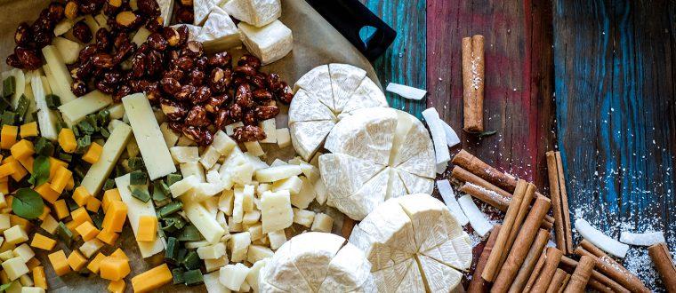 דוכן גבינות משק לצד מטבלים ולחמים